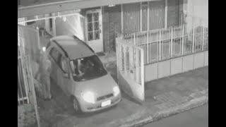 Parecen fantasmas: ladrones aparecen en la puerta del garaje y se roban los carros