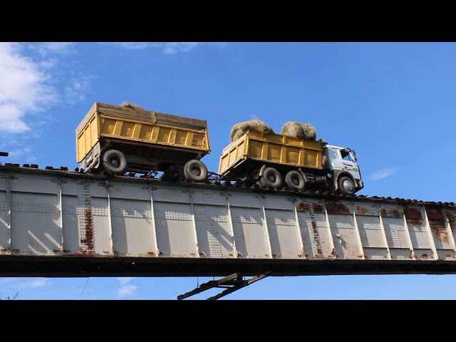 Cruzar este puente en camión no está recomendado para quienes tienen miedo a las alturas