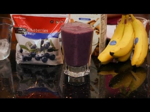 How to Make a Smoothie With Frozen Strawberries, Blueberries & Bananas: Making Smoothies