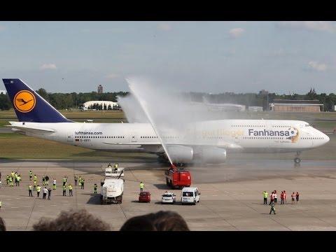 Xe cứu hỏa phun nước chào đón Đội tuyển Đức
