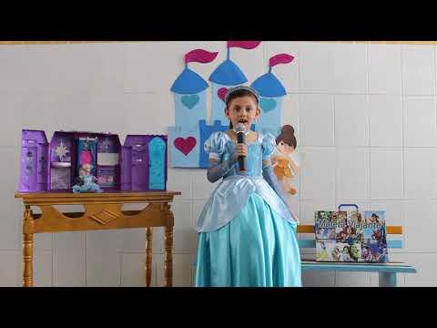 Assista: A aluna Ana Luíza levou a Maleta Viajante com a historinha da Cinderela.
