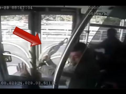 İşte Metrobüsteki saldırı anı! [Şoföre şemsiye ile saldırdı]