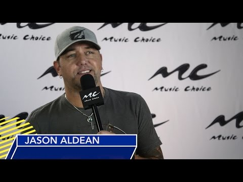 "Jason Aldean Talks Entertainer Nod and ""Any Ol' Barstool"" Performance"