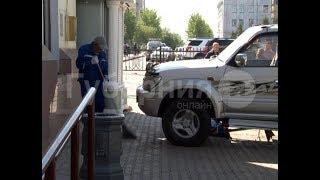 Хабаровчанка на «Ленд Крузере Прадо» смяла дорожный знак и рекламный щит. MestoproTV