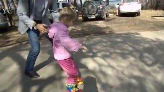 Роликовые коньки обучение Мила учится кататься Прогулка на пони