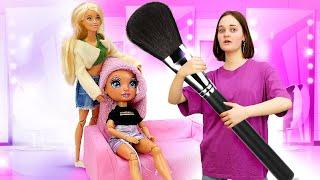 Барби готовит моделеи для съемки Игры с Барби одежда прически макияж Видео для девочек