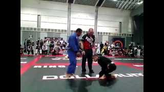 BJJ White Belt defeats BJJ Black Belt - NAGA Germany 2015
