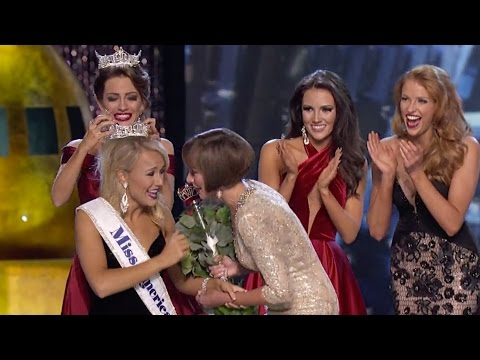 Savvy Shields being crowned as Miss America 2017