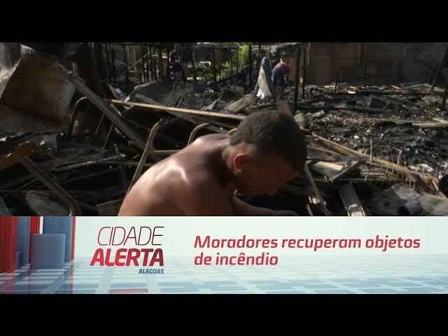 Moradores recuperam objetos de incêndio que atingiu barracos na 'Portelinha'