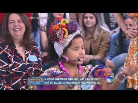 Garotinha se apresenta como Carmem Miranda e ganha surpresa no palco
