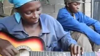 Chơi Guitar độc đáo kiểu Châu Phi :D