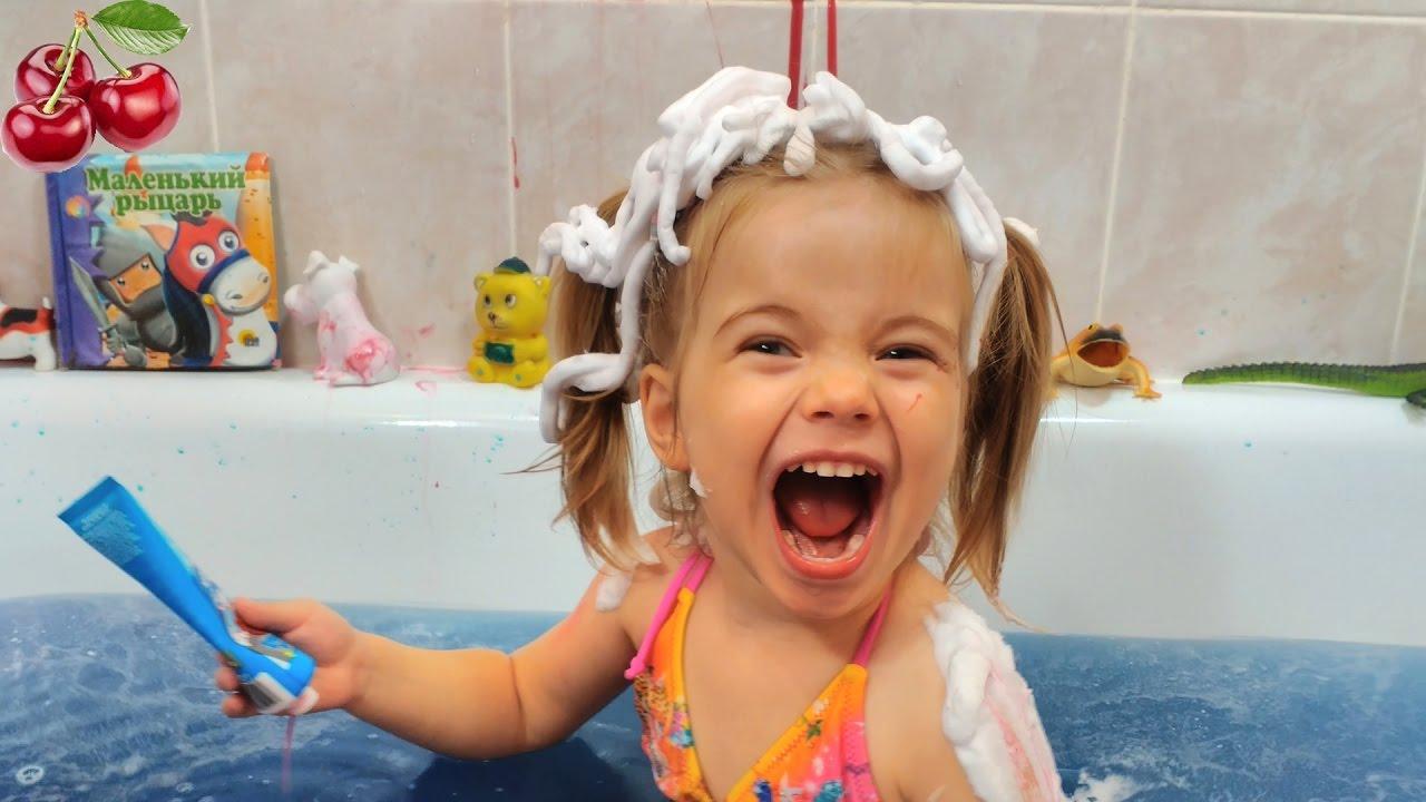 Дети в ванной Дети, брат и сестра в ванной комнате, плавание, играть брызг ...