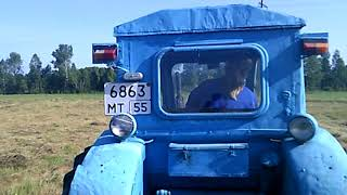 девушка за рулем трактора
