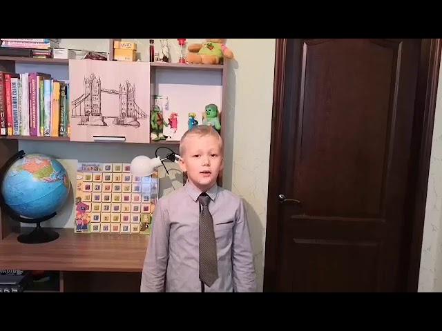 Изображение предпросмотра прочтения – ИльяНикорич читает произведение «Маленький мальчик стоял у витрины» О.Май