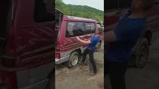 Прикол! Пытается головой разбить стекло машины