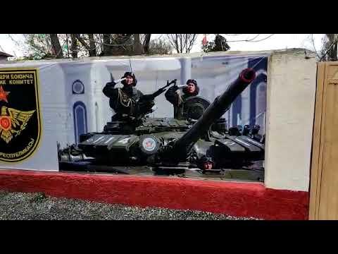 Баннер с изображение казахских военных возле военкомата в Бишкеке