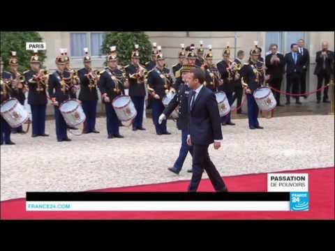 Passation de pouvoirs : Emmanuel Macron accueilli par François Hollande à l'Elysée