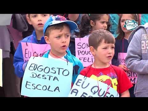 Manifestação contra o encerramento da escola Curalha