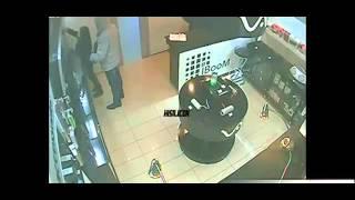 В Твери 33-летний мужчина, угрожая продавщице, вынес из магазина цифровой техники телефоны и ноутбук(Подробнее: http://tvernews.ru/news/209482/, 2016-03-05T11:57:20.000Z)