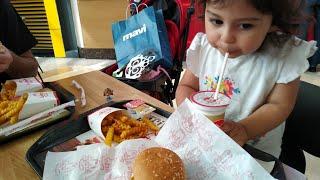 Ayşe Ebrar Oyuncaklı Çocuk Menülü Hamburger Aldı Fakat Beğenmedi Dondurma İstedi.