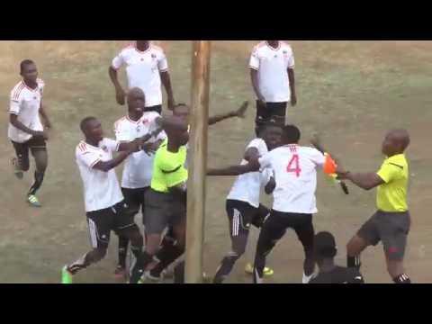 A las trompadas: duro cruce entre un jugador y el árbitro