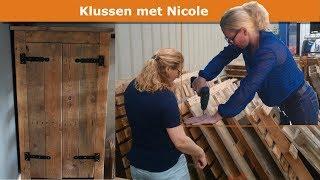 Mijn vrouw bouwt een kast van oude pallets