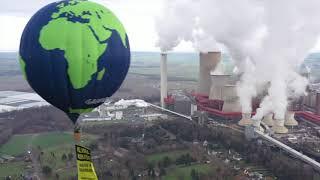ドイツのニーダーアウセン石炭火力発電所まわりを飛ぶ気球