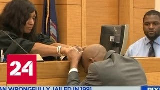 В США оправданный 'убийца' полицейского  расплакался и расцеловал руки судье - Россия 24