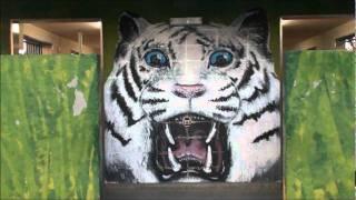 これは、「東武動物公園」のゲート前の人間用のトイレです。 トイレの壁...
