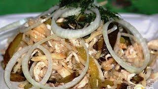 Салат с сельдереем, курочкой и солеными огурцами