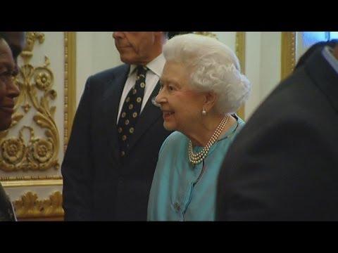 Handshake marathon: Queen hosts reception ahead of Commonwealth Heads of Govt. Meeting 2013