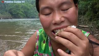 Survival Skills: Hand Fishing - Amazing Catching fish Underwater In ...