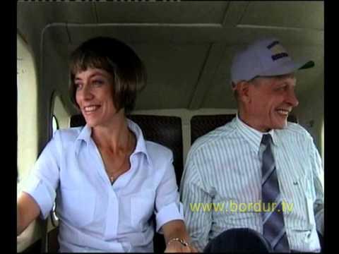 Скрытая камера. Пилот выходит из самолета. Оставшийся пасажир 'вспоминает прожитую жизнь'