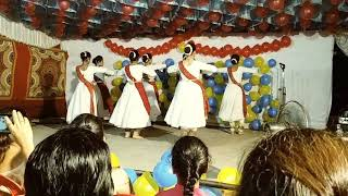 Students performing kathak on dil to pagal hai instrumental
