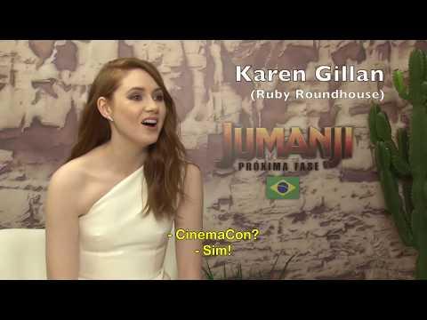 HILÁRIO! Karen Gillan imita The Rock e Deny DeVito em entrevista de Jumanji - Próxima Fase