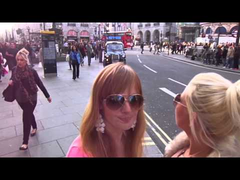 Kiki & Lucy in London 2013 - Piccadilly circus