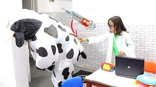 الدكتورة تعالج حيوانات الاطفال !!