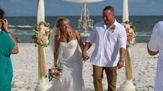 Свадьба на пляже быстро заканчивается, когда жених прыгает в океан чтобы спасти мальчика