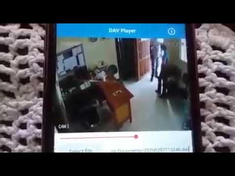 Padre dá um tapa nas nádegas da mulher e depois conversa com ela