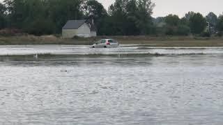 Incroyable : une voiture traverse le Havre de la Vanlée avec un mètre d'eau
