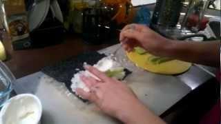 Как сделать суши дома, если у вас нет циновки.mp4
