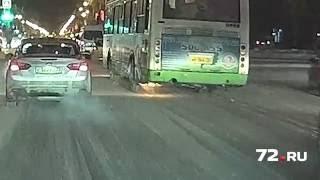 Тюменцы засняли автобус с огнем