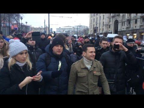 Russia: opposition politician Ilya Yashin leads banned rally