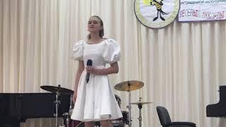 Песня «Ищу тебя»  из кинофильма «31 июня»  исполняет Камелия Педан