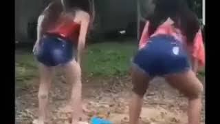 Nas cãibras acordando pernas com criança