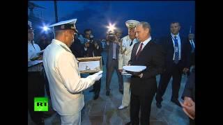 Владимир Путин прогулялся по Баку с президентом Азербайджана(Владимир Путин завершил свой визит в Азербайджан, в ходе которого 13 августа провел переговоры с президенто..., 2013-08-14T11:28:42.000Z)