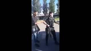 Video: Policía golpea a jóvenes y dispara contra el suelo en un intento de detención