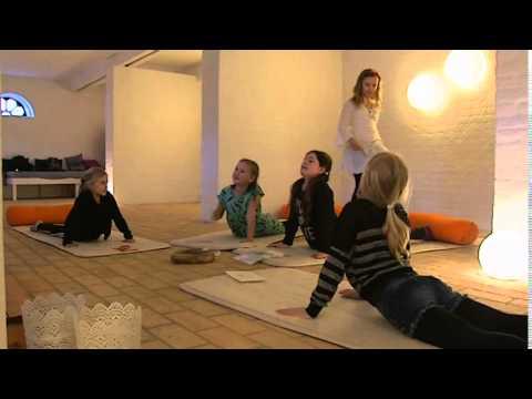10-årige yoga-instruktør: Yoga er godt efter en stressende skoledag - DR Nyheder