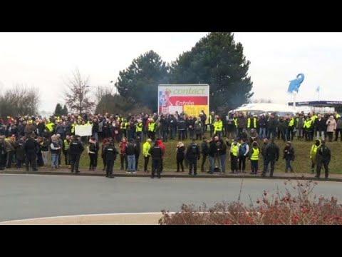 "Des ""gilets jaunes"" attendent Macron à Grand Bourgtheroulde"