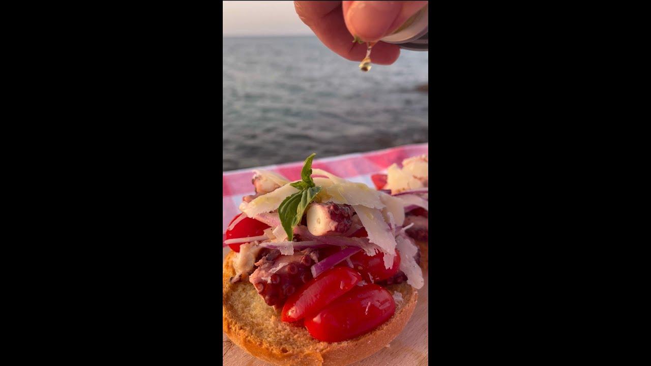 Frisella pugliese,  pomodori datterini, polpo, cipolla rossa e scaglie di Grana Padano Dop #Shorts